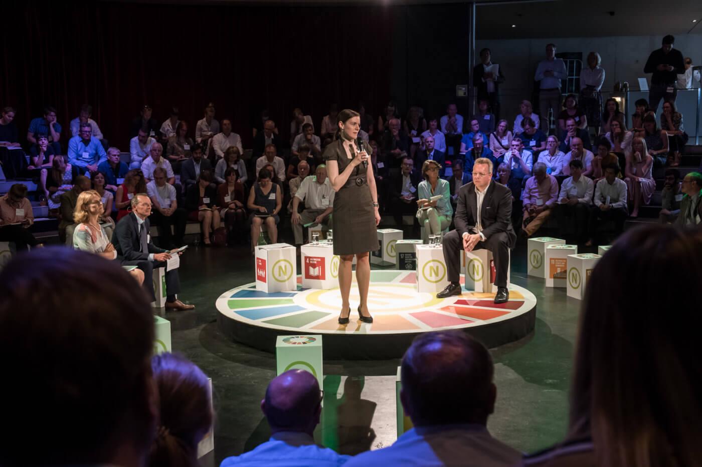 """Die Teilnehmenden der 18. Jahreskonferenz des RNE diskutierten im Forum 1 über das Thema """"Neue Partnerschaften: die Zivilgesellschaft, der Hub for Sustainable Finance und nachhaltiges Wirtschaften"""". Foto: Benjamin Pritzkuleit, © Rat für Nachhaltige Entwicklung (RNE)"""