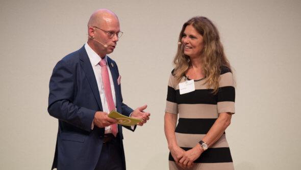 Sarah Wiener darüber, ob ein Catering auf einer Großveranstaltung nachhaltig sein kann. Foto: Ralf Rühmeier, © Rat für Nachhaltige Entwicklung (RNE)