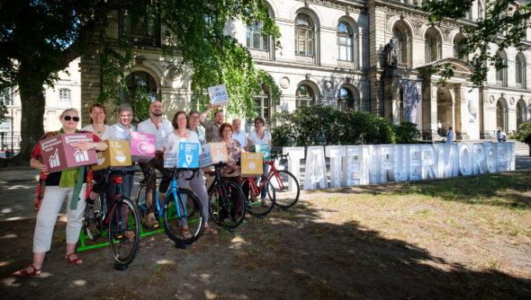 Radgenerator-Wettrennen vor dem Naturkundemuseum in Berlin: Mitglieder des Rates für Nachhaltige Entwicklung und Engagierte bei den Deutschen Aktionstagen 2018 liefern Strom