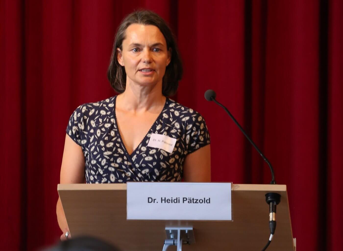 """Dr. Heidi Pätzold bei ihrem Impulsreferat zur Umsetzung der EbAV-II-Richtlinie auf der Tagung """"Betriebliche Altersvorsorge - Klimaschutz und Nachhaltigkeit verankern"""" am 29. Mai 2018 in Berlin, Foto: © Verbraucherzentrale Bremen / documentarydesign.com"""