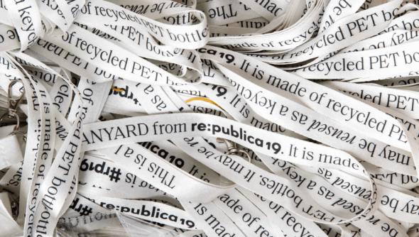 Akkreditierungsbändchen auf der re:publica aus recycelten PET-Flaschen. Foto: Jan Michalko © re:publica