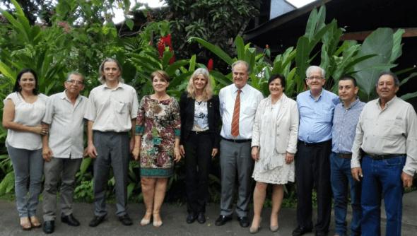 Projektbeteiligte der Delegation aus Costa Rica und Deutschland mit der Stellvertretenden Bürgermeisterin von San Carlos Jenny Chacon (4.v.l.), der Koordinatorin der Klimapartnerschaft Elke Bröckel (5.v.l.), dem Deutschen Botschafter in Costa Rica Dr. Winkelmann (6.v.l.) sowie der Bürgermeisterin aus Schifferstadt (7.v.l.), Foto: © Adifort, Elke Bröckel.