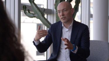 """Peter Bostelmann diskutiert auf der (ausgebuchten) 19. Jahreskonferenz des Rates für Nachhaltige Entwicklung das Thema """"Achtsamkeitspolitik –  wie fördern wir unser Miteinander?"""" - Foto: © Julius Erdmann"""