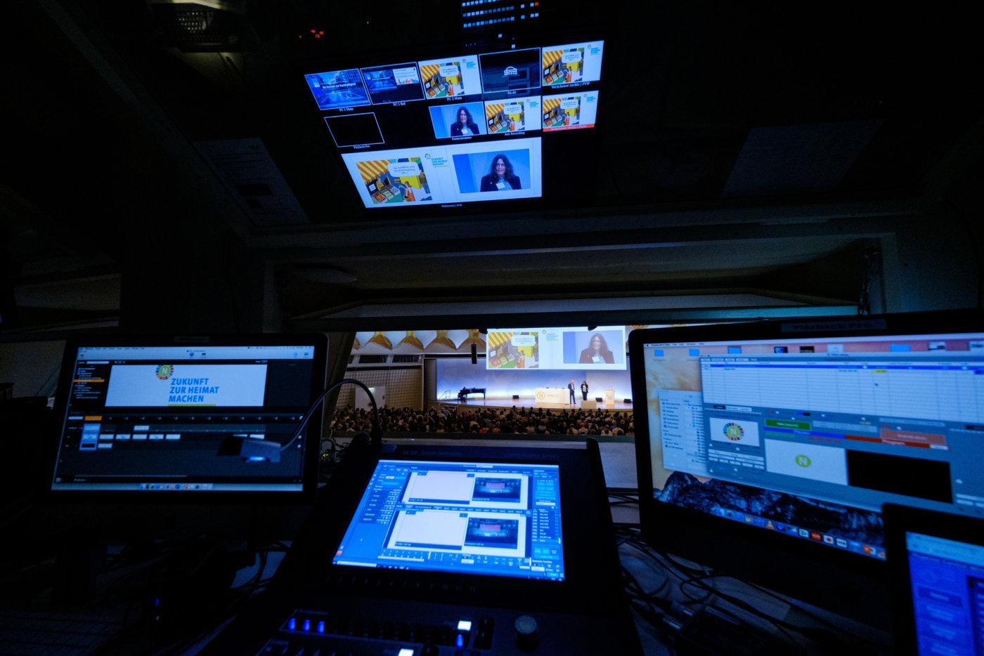 Blick aus dem Technikraum auf die 19. Jahreskonferenz des Rates für Nachhaltige Entwicklung am 04.06.2019 in Berlin, Foto: André Wagenzik/Andreas Domma © Rat für Nachhaltige Entwicklung (RNE)