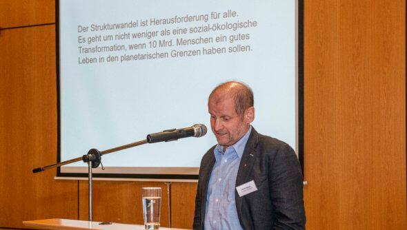 """Pirmin Spiegel (Misereor) bei der RENN.west-Veranstaltung """"N-Denk_mal Strukturwandel im Rheinischen Revier"""". Foto: Hubert Perschke © RENN.west"""