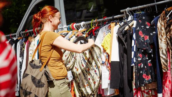 """Kleidermarkt beim Nachhaltigkeitsfestival """"Schlabberkappes"""" in Arnsberg, Foto: Christoph Meinschäfer, © Rat für Nachhaltige Entwicklung (RNE)"""
