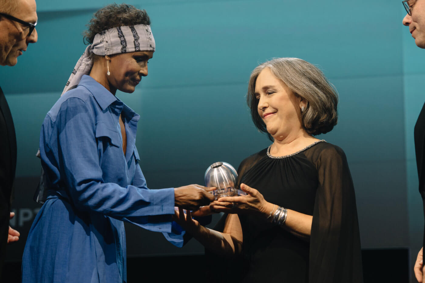 Waris Dieri presents Paula Caballero the DNP Honorary Award for her efforts on the SDGs on November 22 in Dusseldorf. Photo: DNP © Dariusz Misztal