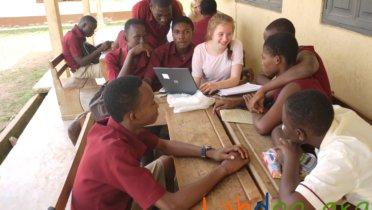 Schülerinnen des Duisburger St. Hildegardis-Gymnasiums bringen nicht nur gebrauchte Laptops nach Ghana – sie helfen auch mit, die Jugendlichen vor Ort mit den Programmen vertraut zu machen. Foto: © Labdoo