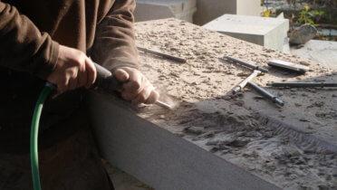 Eindrücke aus der Werkstatt der Steinbildhauerei Vincent, die als eines von vier Unternehmensbeispielen in der Broschüre behandelt wird. Foto: © Steinbildhauerei Vincent