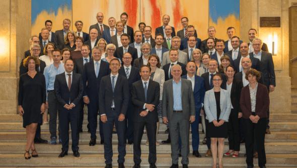 Die Mitglieder des Sustainable Finance-Beirats und weitere Teilnehmende der konstituierenden Sitzung am 06.06.2019. Foto: © Bundesministerium der Finanzen