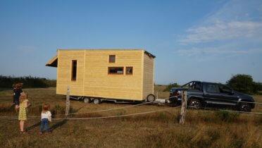 """Das Tiny House aus dem Projekt """"Klimaschutz in Vorpommern – von der Einöde zum kulturellen Kleinod"""" mit Förderung des Fonds Nachhaltigkeitskultur. Foto: © SoLe e.V. / Galke"""