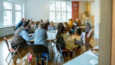 Austausch beim Netzwerktreffen des Fonds Nachhaltigkeitskultur vom 17.-18. Februar 2020 in Berlin. Foto: Svea Pietschmann © RNE