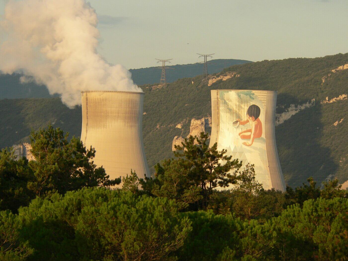 Das Kernkraftwerk Cruas in der Ardèche (Frankreich), seit 1991 schmückt ein Kunstwerk den nördlichen Kühlturm. Foto: David Roumanet / Pixabay