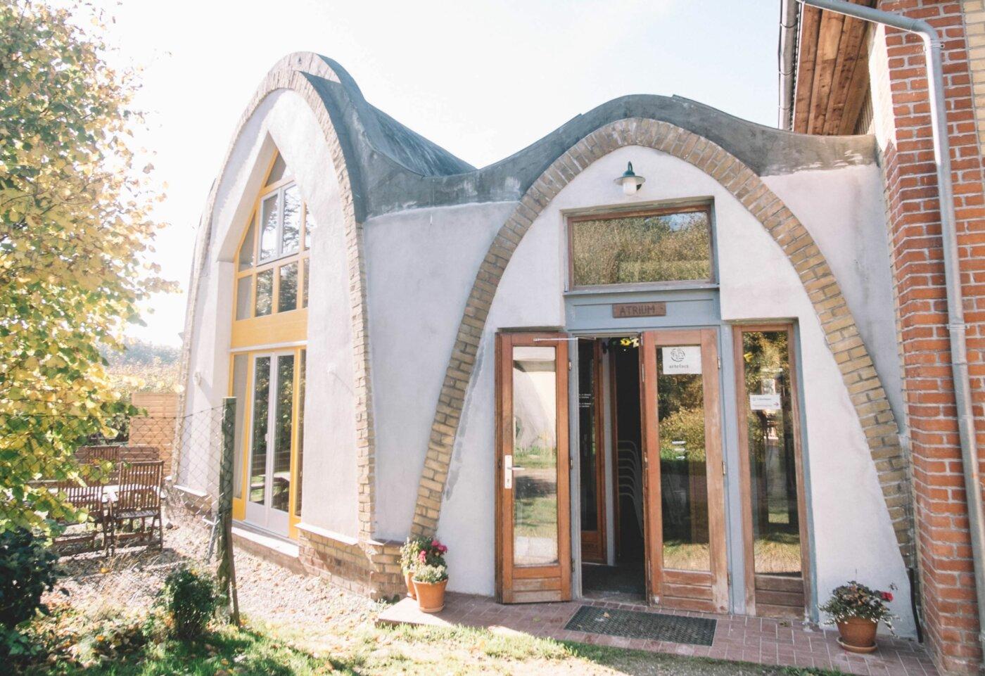 Die Bildungsstätte bietet ein Tagungshaus und ein Gästehaus, beides zu 80 Prozent aus lokalem Material gebaut. Foto: © Karsten Bahnsen
