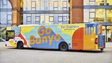 """Der farbenfrohe Duschbus von """"GoBanyo"""" ermöglicht obdachlosen Menschen in Hamburg mehr Würde durch Waschen. Foto: © Julia Schwendner"""