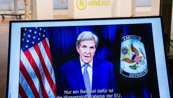 Grußbotschaft von John Kerry, dem Sonderbeauftragten des US-Präsidenten für Klimafragen, auf der 20. Jahreskonferenz des Rates für Nachhaltige Entwicklung am 08.06.2021 (Online-Konferenz). Foto: Ralf Rühmeier © RNE