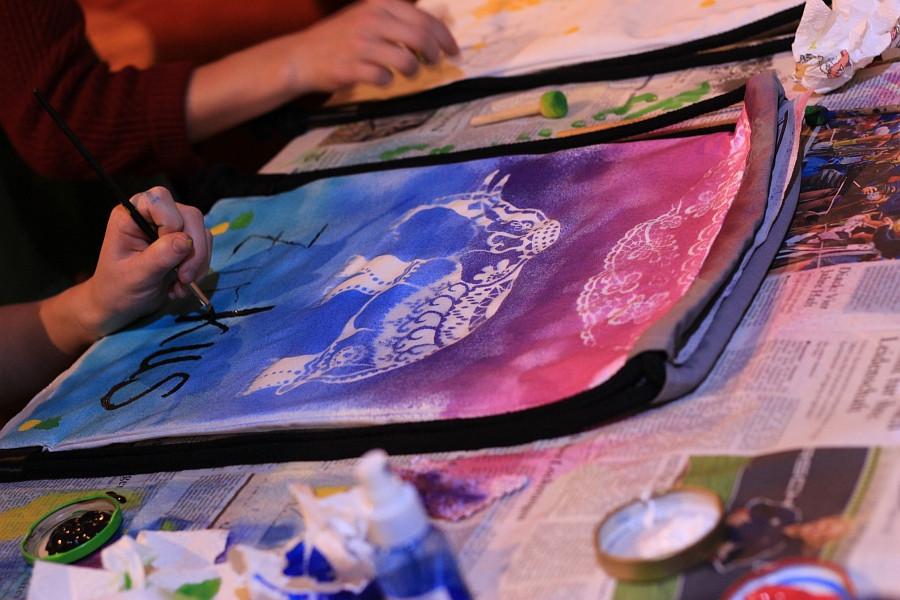Abschlussaufführung mit upgecycelten Rucksäcken. Mit Kreativität und Engagement wird eine individuelle Kollektion erschaffen - fast wie neu! Foto: © Zirkus Pepperoni