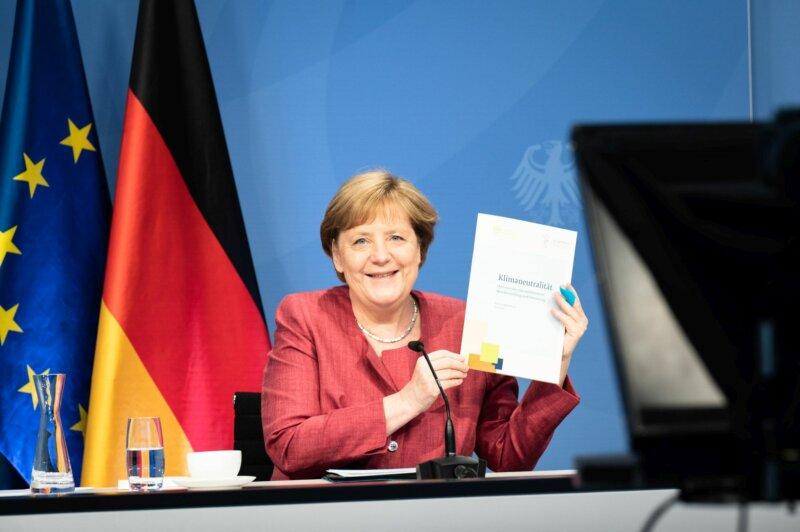 Übergabe des Positionspapier zur Klimaneutralität an Bundeskanzlerin Dr. Angela Merkel. Foto: © Bundesregierung/Steins