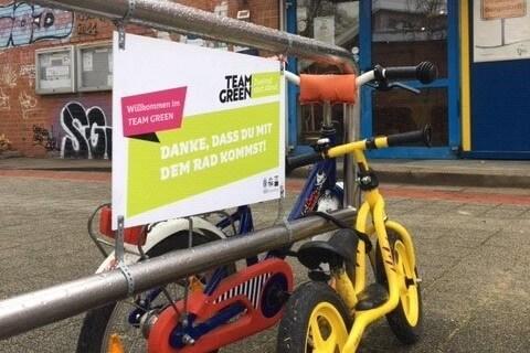 """""""Danke, dass du mit dem Rad kommst"""": Mit Sprüchen am Fahrradständer sollen die Mitglieder zur nachhaltigen Anreise zum Sportkurs motiviert werden. Foto: © TSG Bergedorf"""