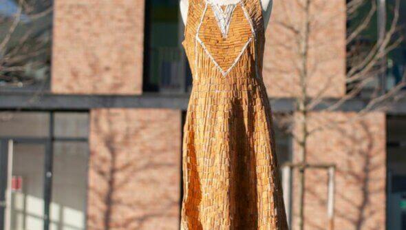 Für das Kippenkleid haben sich fünf Künstlerinnen mit Caroline Bartels zusammengetan und unter dem #niewiederkippenschnippen eine Kampagne gestartet, die durch Norddeutschland tourt. Foto: SDW © Pauline Willrodt